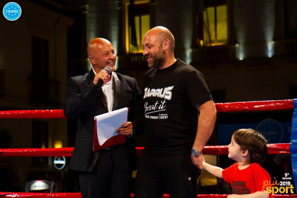 Gianni Befà premia Giuseppe Lorusso per il suo percorso d'eccellenza nella kickboxing al Potenza Combat Event 2019